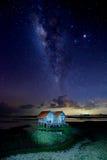 Mjölkaktig väg och miljon stjärna i himmel över sjön royaltyfri fotografi
