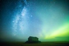 Mjölkaktig väg och nordliga ljus Arkivfoto