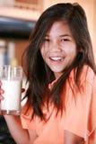 mjölkar den glass holdingen för barnet Arkivbilder