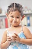 mjölkar den glass holdingen för flickan little Royaltyfri Fotografi