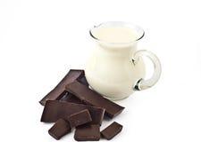 mjölkar den mörka tillbringaren för choklad arkivfoto