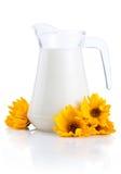 mjölkar den nya tillbringaren för blommor yellow Arkivbild