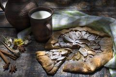 Mjölkar den sunda frukosten för morgonen med koppen av och det hemlagade äpplet som är syrligt med det naturliga äpplet på en trä arkivfoto