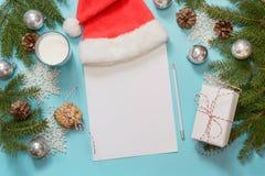 Mjölkar den tomma tomma bokstaven för jul för Santa Claus med, kakor Bästa sikt och utrymme för ditt Lekmanna- lägenhet Top beskå Royaltyfri Bild