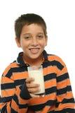 mjölkar dricka exponeringsglas för pojken Royaltyfri Bild