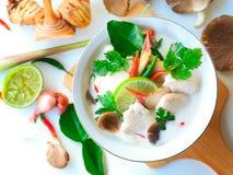 Mjölkar feg soppa för den thailändska galangalen i krämig kokosnöt eller Tom Kha Gai Fotografering för Bildbyråer