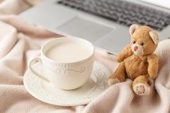 Mjölkar hem- bakgrund för den hemtrevliga vintern, kopp av varmt kaffe med, varmt K arkivbild