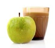 mjölkar isolerad glass green för äpplet Arkivfoto