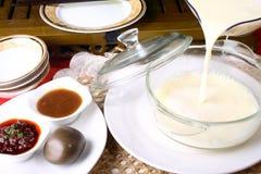 mjölkar läcker mat för porslinet soy Arkivfoton