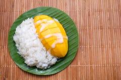 Mjölkar söta klibbiga ris för efterrätt med mangokokosnöten Royaltyfri Fotografi