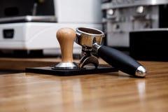 Mjölkar varm ånga för unga stiliga för baristahipsterdanande för kaffe för kafét för mannen korn för maskinen cappuccino för latt fotografering för bildbyråer