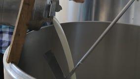 Mjölkbudet Pouring mjölkar mjölkar in lager videofilmer