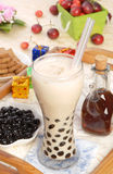 mjölka pärlemorfärg tea Arkivfoton
