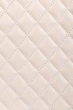 Mjölkaktig vit vadderad läderbakgrund Arkivfoto