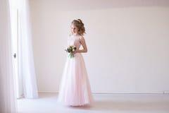 Mjuk brud i ett vitt rum för bröllopet royaltyfri bild