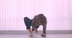 Mjuk caucasian yrkesmässig ballerina som värmer framställning ben-delat i ljus studio på luftventilbakgrund upp arkivfilmer
