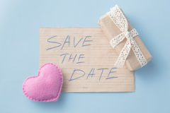Mjuk det leksakhjärta och meddelandet sparar datumet Royaltyfria Foton