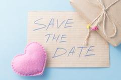 Mjuk det leksakhjärta och meddelandet sparar datumet Arkivbild