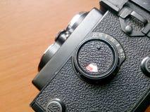 Mjuk fokus av den gamla kameran som retuscherar tappning i stillebenstil Fotografering för Bildbyråer