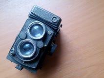Mjuk fokus av den gamla kameran som retuscherar tappning i stillebenstil Arkivfoto