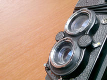Mjuk fokus av den gamla kameran som retuscherar tappning i stillebenstil Arkivbild