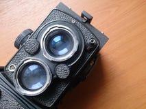 Mjuk fokus av den gamla kameran som retuscherar tappning i stillebenstil Royaltyfria Foton