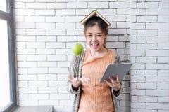 Mjuk fokus av den lyckliga och sunda unga kvinnan med boken på Head Th Royaltyfria Bilder
