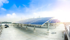 Mjuk fokus av solpaneler eller sol- celler på fabrikstak eller terrass med solljus, bransch i Thailand, Asien Arkivfoton