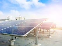 Mjuk fokus av solpaneler eller sol- celler på fabrikstak eller terrass med solljus, bransch i Thailand, Asien fotografering för bildbyråer
