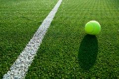 Mjuk fokus av tennisbollen på godan för tennisgräsdomstol för backgro Royaltyfria Bilder