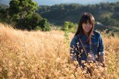 Mjuk fokus - en ung vuxen kvinna på den sparade blomman Arkivfoto