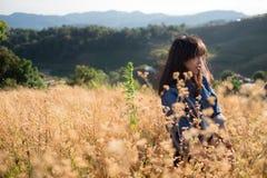 Mjuk fokus - en ung vuxen kvinna på den sparade blomman Royaltyfri Fotografi