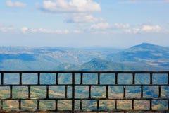 Mjuk fokus: Legeringsbarrikad på landskapbakgrund fotografering för bildbyråer