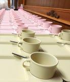 Mjuk-fokusen ror massor av koppkaffe i förberedelsematavbrott Royaltyfria Foton