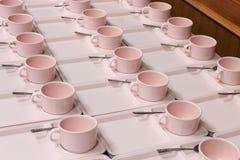 Mjuk-fokusen ror massor av koppkaffe i förberedelsematavbrott Arkivfoton