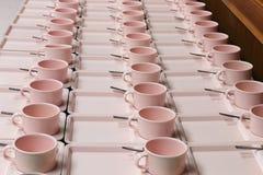 Mjuk-fokusen ror massor av koppkaffe i förberedelsematavbrott Arkivbild