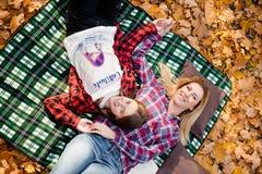 Mjuk fokusstående av den lyckliga modern och dottern royaltyfria bilder