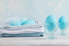 Mjuk garnering för vitblåttpåsk, målade påskägg Kopia s Royaltyfria Foton