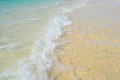 Mjuk härlig vit strand för havvåg på den sandiga stranden Bakgrund Royaltyfri Fotografi