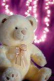 Mjuk nallebjörn med bokehljus Arkivfoton