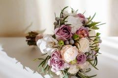 Mjuk och mjuk brud- bukett av rosor, pioner och grönska på den vita tabellen Royaltyfria Bilder