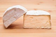 Mjuk ost på ett träbräde Arkivfoton