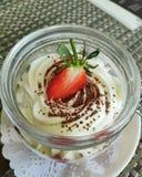 Mjuk ostkaka med ny jordgubbar och choklad royaltyfri fotografi