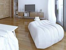Mjuk ottoman i sovrummet Arkivbilder
