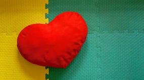 Mjuk röd hjärtakudde Royaltyfria Bilder