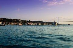 Mjuk solnedgång på den Bosphorus bron Arkivfoto