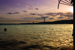 Mjuk solnedgång på den Bosphorus bron Royaltyfri Bild