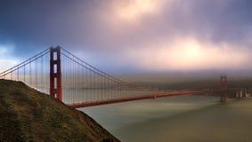 Mjuk solnedgång på Golden Gate Royaltyfria Foton