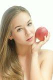 Mjuk ung flicka med en persika Arkivbilder