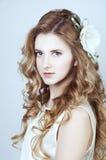 Mjuk ung kvinna med långt blankt blont hår Arkivfoton